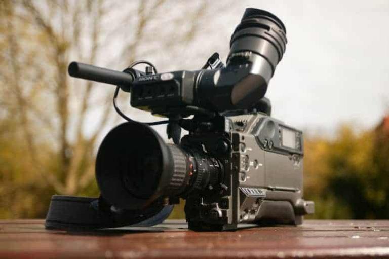 Kamera auf Holztisch