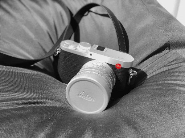 Leica Kamera auf Bett