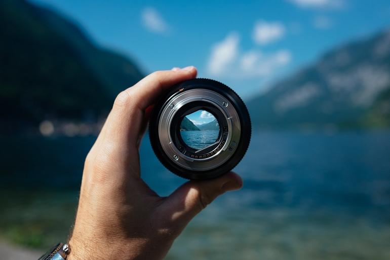 Objektiv mit Blick auf einen See und Berge.
