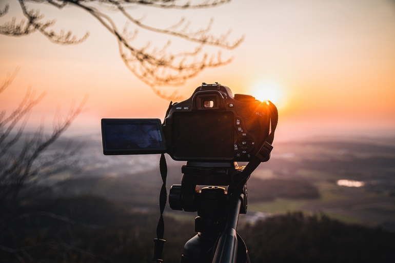 Systemkamera nimmt Sonnenuntergang auf.
